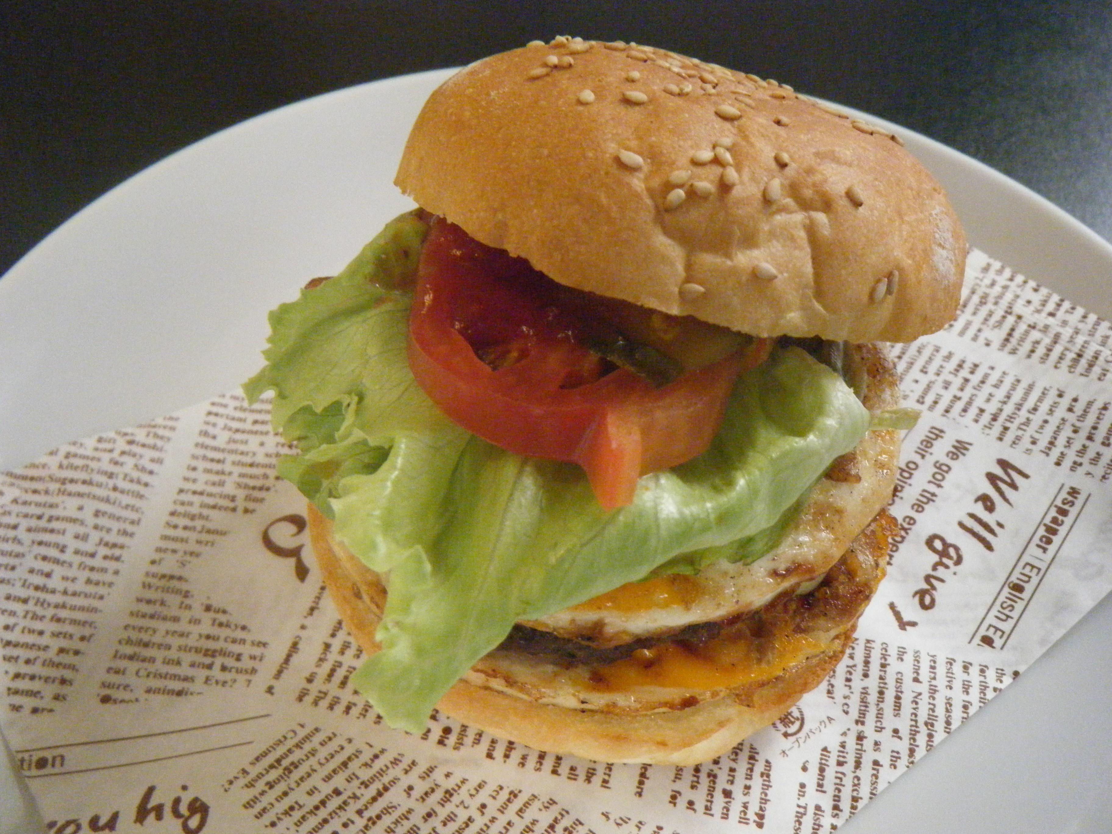 当店1番人気、ボリューミーなダイナーバーガー!手作りパティ、ベーコンエッグ、2枚のチーズとたっぷり食べごたえのあるバーガーです。