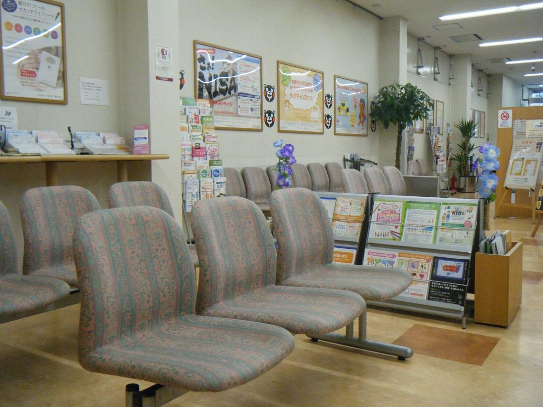 明るい店内とゆったりとしたソファーでお待ちしています。お気軽にご来店ください。