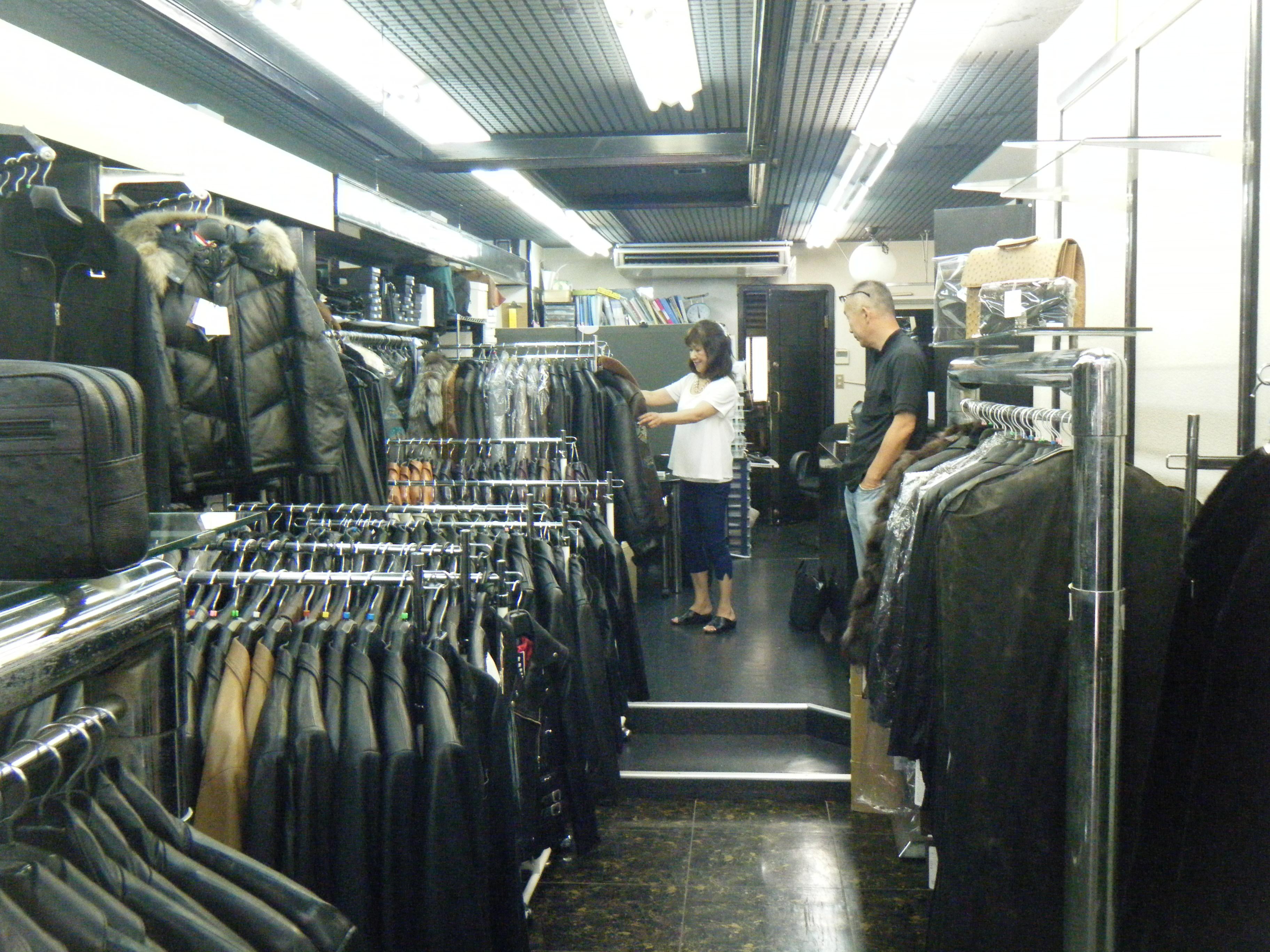 店内には所狭しと革(レザー)製品が並んでいます。