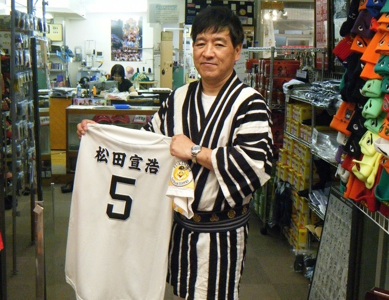 ソフトバンクホークスの選手ユニフォームの刺繍も入れさせていただいています。