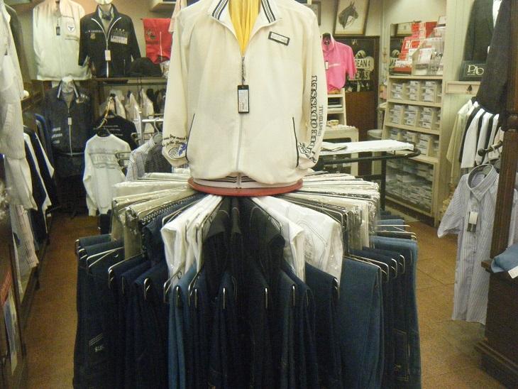 シャツ、Gパン、ブルゾン、セットアップ上下、おしゃれなTシャツetc...いろいろあります。