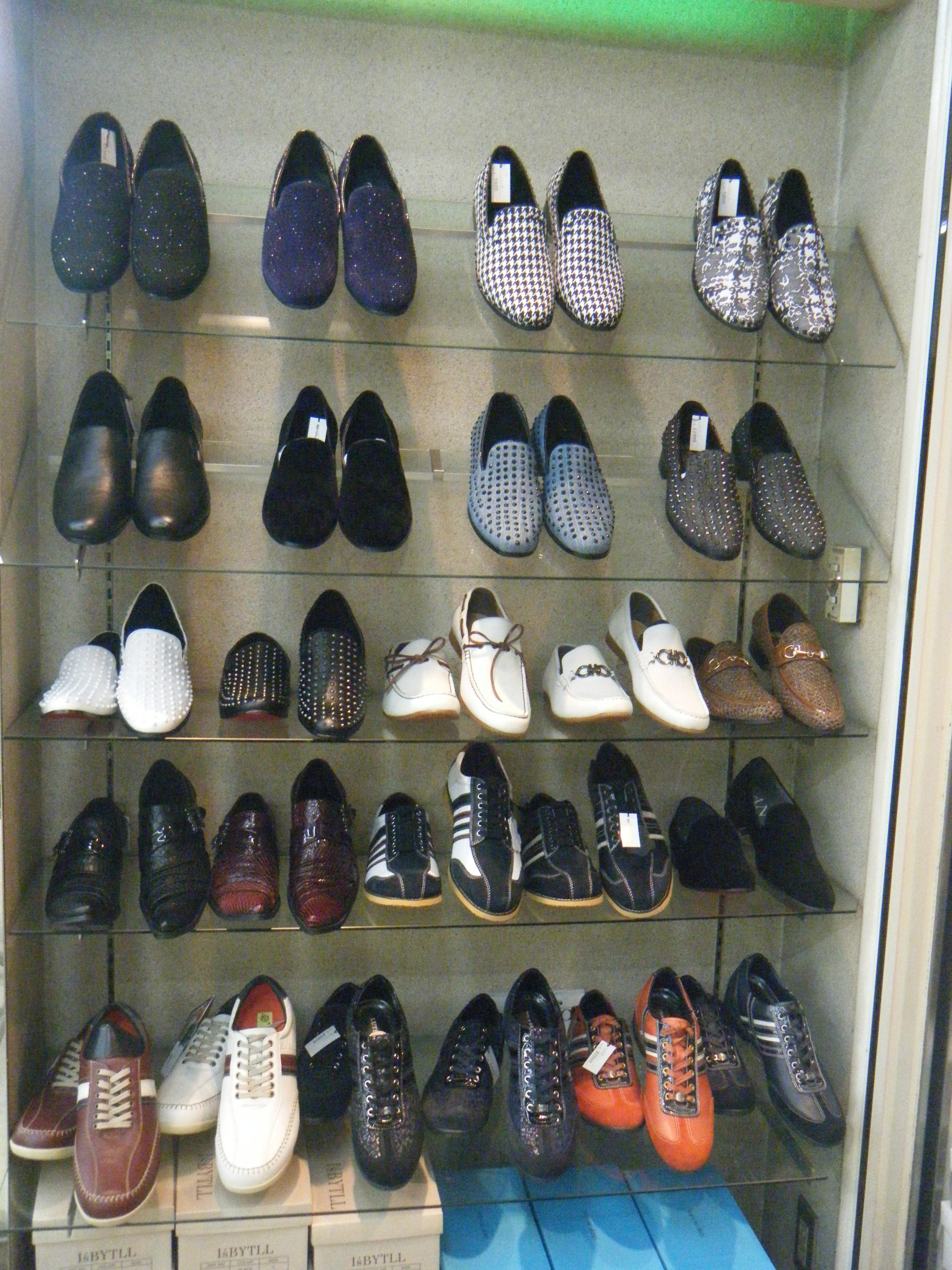 メンズシューズはとてもオシャレな靴があります。 ドレスシューズからカジュアルまで。100種類程ありますので、ご来店の際はたくさんの中からあなたのための一足を探してみて下さい。
