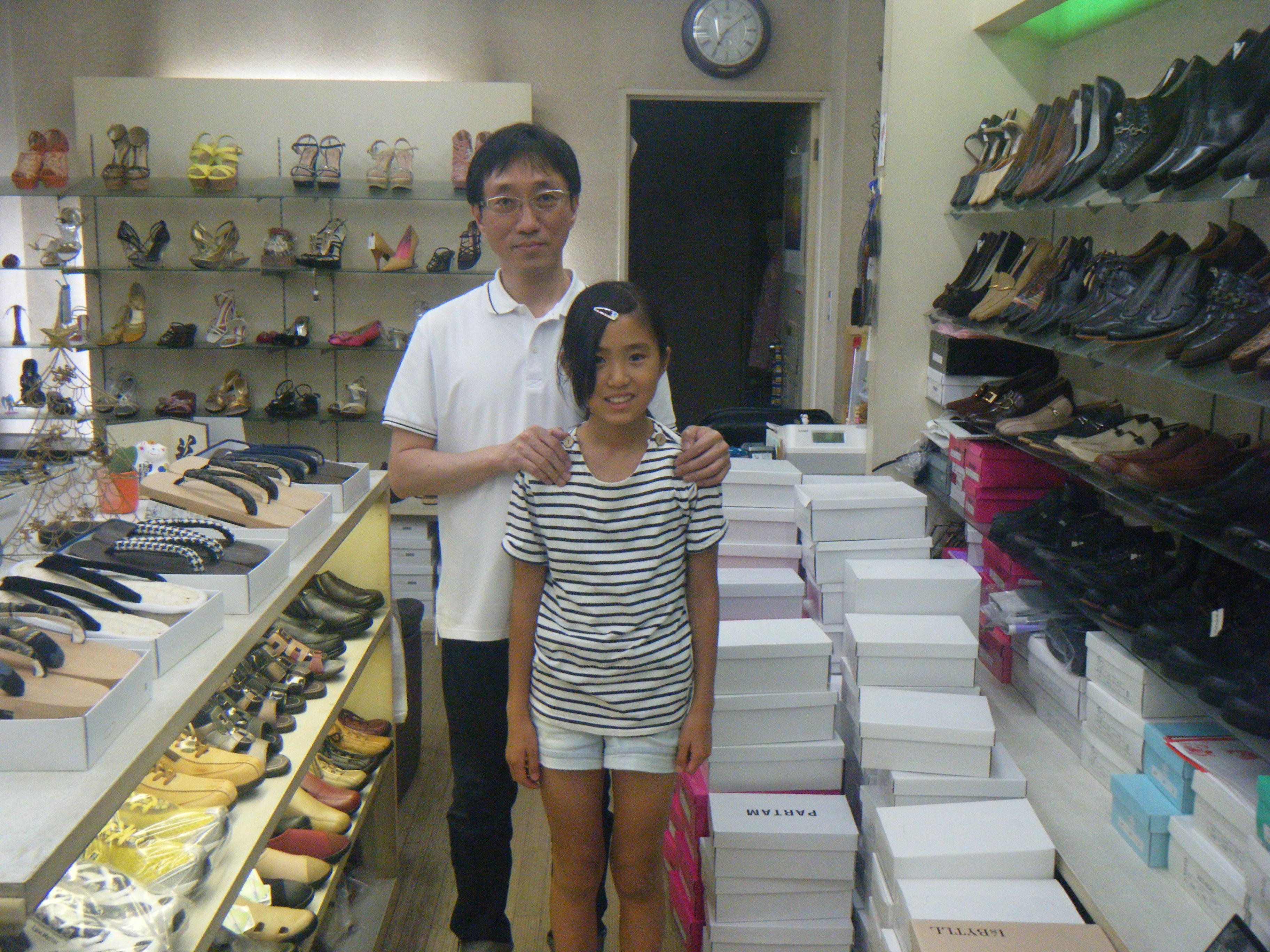 きれいでオシャレな靴をたくさん取り揃えて、家族全員で一生懸命営業中です!