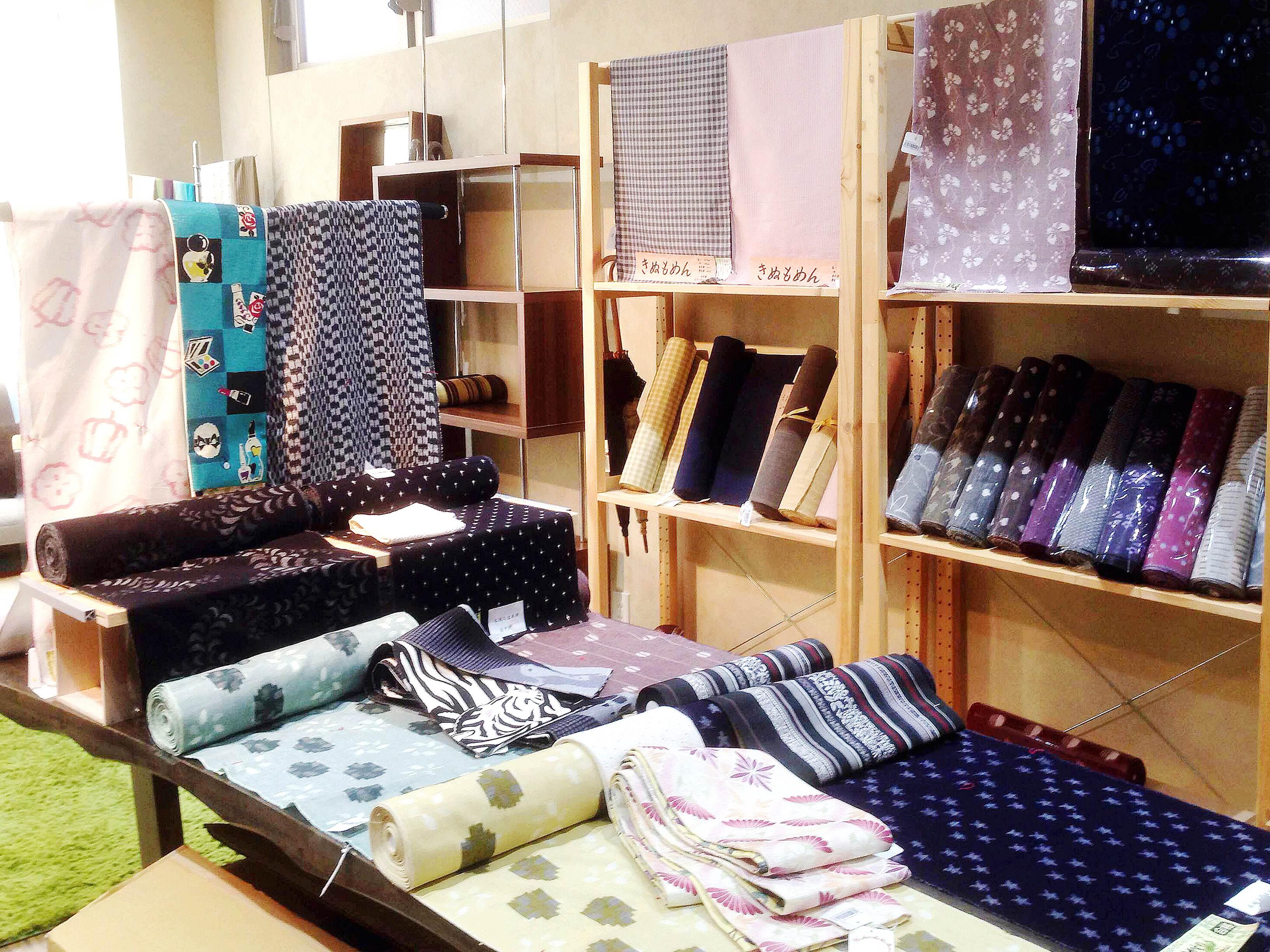 2階には、久留米絣を中心に木綿の着物やWAKKAの帯など着物を気軽にとことん楽しめる アイテムがたくさん揃っております。