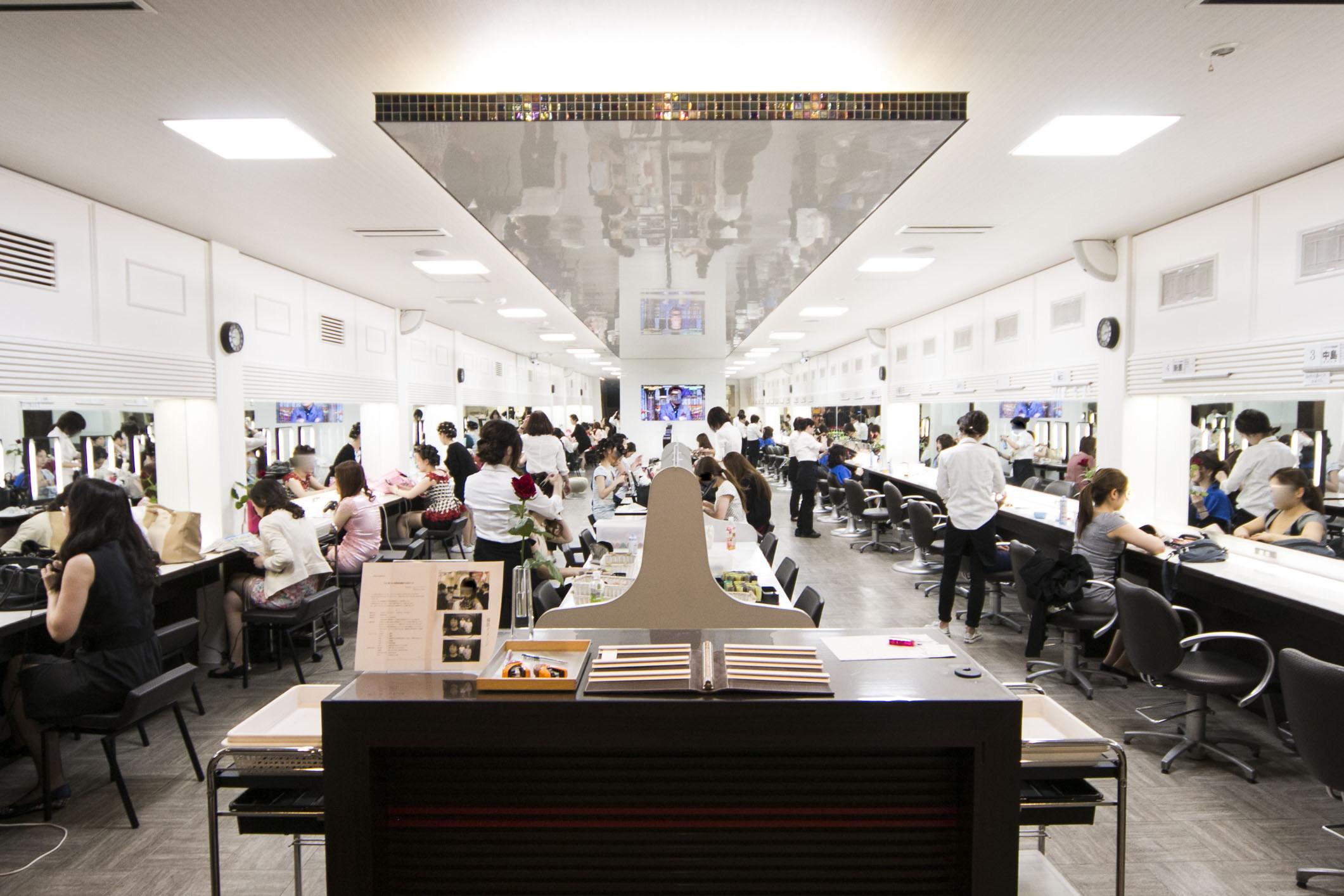 専属美容スタッフ10名以上。中洲最安値の素敵なヘアセットをご提供します。